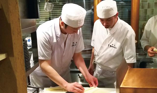 花山うどん銀座店 厨房のようす