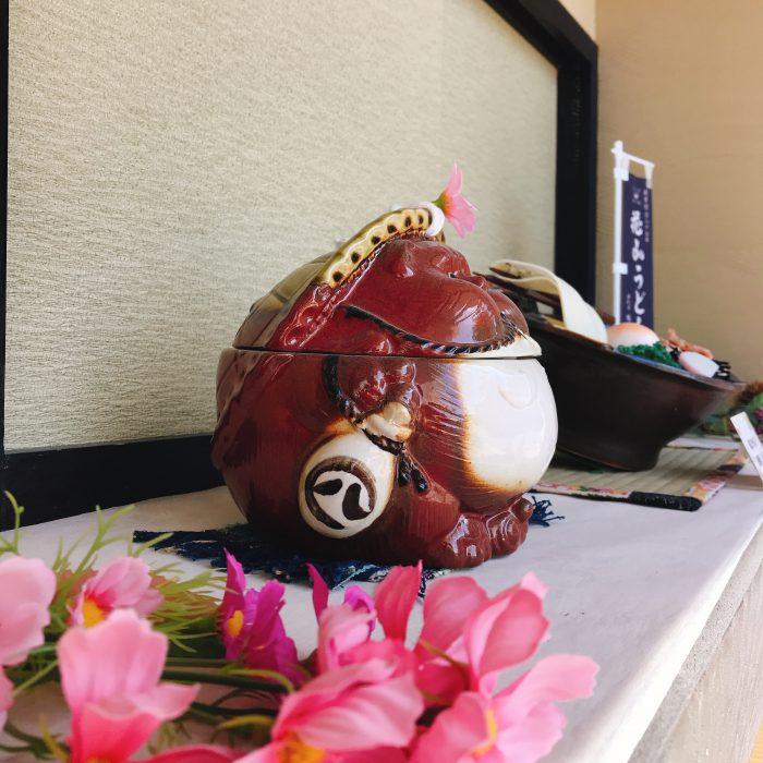 花山うどん本店お食事処 秋ディスプレイ たぬきの器