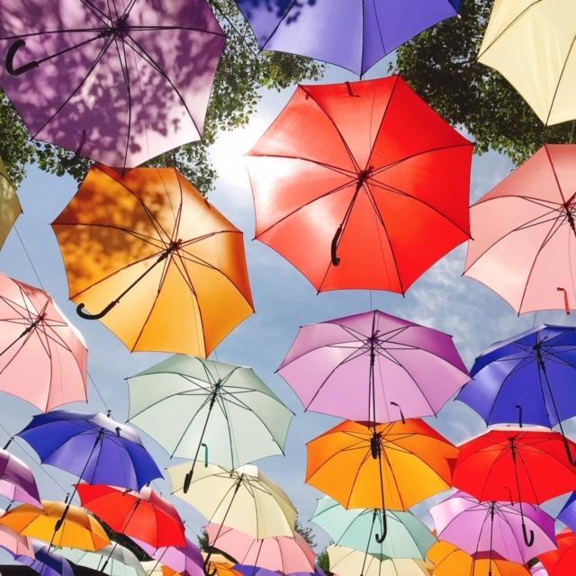 青空とカラフルな傘