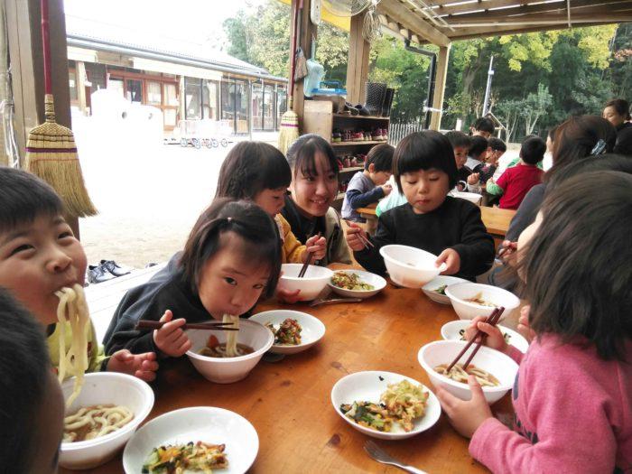食育事業 うどんを食べる子どもたち
